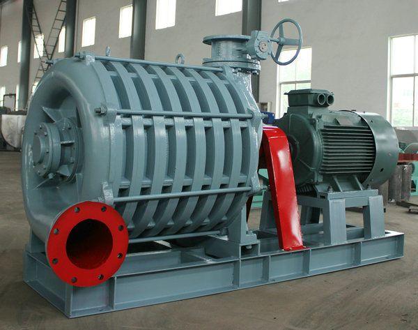 一、用途 曝气用鼓风机主要用于污水处理,如活性污泥法进行曝气鼓风。也可广泛用于其它装置上输送空气或无毒、无腐蚀气体、如冶金化工、煤炭、电力等行业。特别是在小型高炉鼓风、电厂及炼油厂的脱硫鼓风、尾气引风、高炉和焦炉煤气的加压输送、选煤用风和仓库保管的真空和物料输送。 二、工作原理 曝气用鼓风机是把原动机的机械能转变为气体压力能的一种旋转叶片机械。当气体通过进气室均匀地进入叶轮后,在旋转的叶片中受离必力作用以及在叶轮中的扩压作用,使气体获得压力能和速度能,由叶轮高速流出的气体经扩压器的扩压作用,使一部分速度能